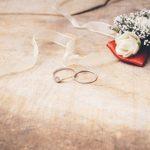 秘密のサプライズプロポーズのためのエンゲージリングの準備・買い方